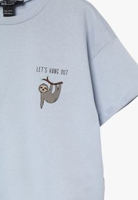New Look 915 Generation - LETS HANG OUT SLOTH SLOGAN TEE - T-shirt med print - light blue - 3