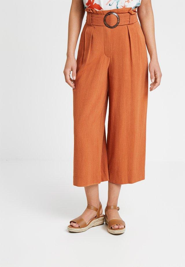 BERMUDA BUCKLE CROP TROUSER - Kalhoty - rust