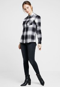 New Look Petite - MARTHA MONO CHECK - Koszula - black - 1