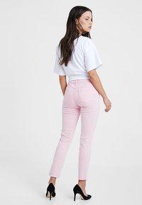 New Look Petite - Vaqueros pitillo - pink - 2