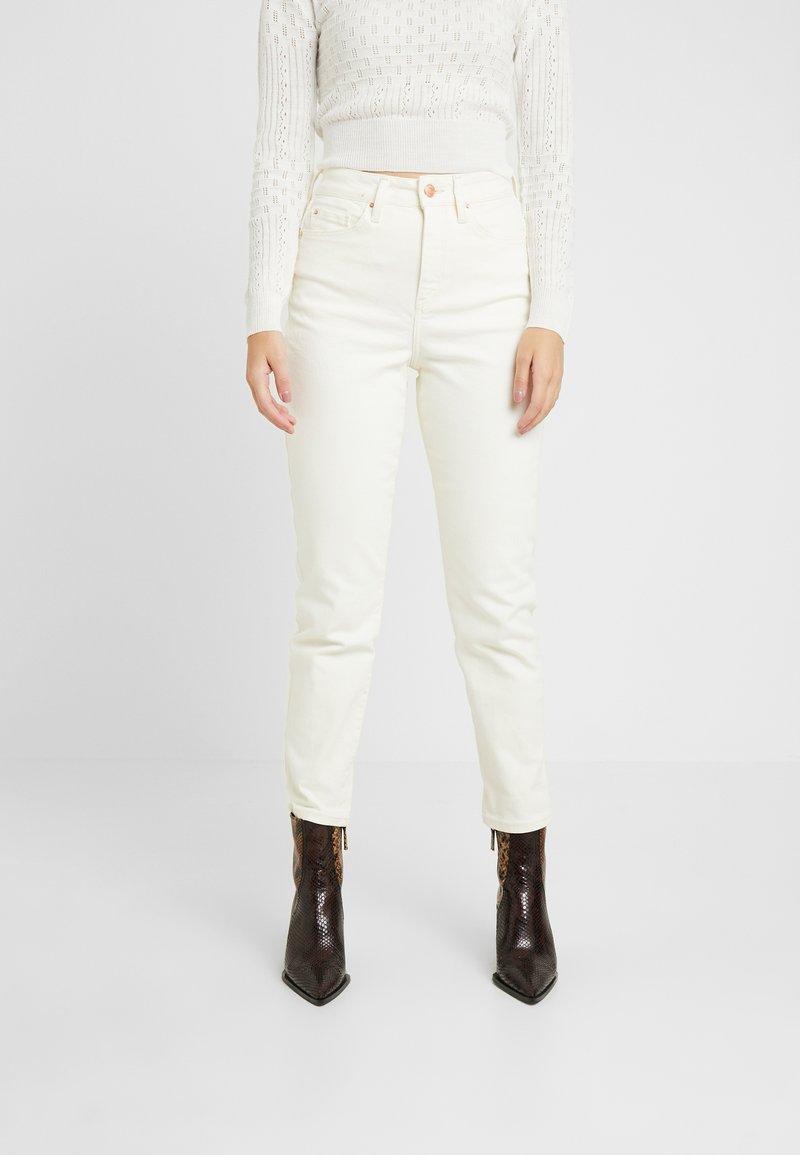 New Look Petite - WAIST ENHANCE MOM - Jeans Slim Fit - white