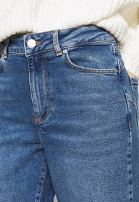 New Look Petite - WAIST ENHANCE MOM - Relaxed fit jeans - light blue - 5