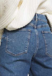 New Look Petite - WAIST ENHANCE MOM - Relaxed fit jeans - light blue - 3