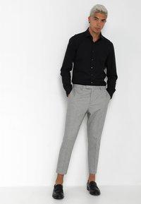 Twisted Tailor - MORECAMBE TROUSERS - Jakkesæt bukser - pale grey - 1