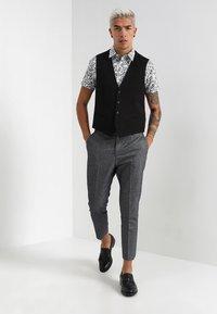 Twisted Tailor - MORECAMBE TROUSERS - Pantalon de costume - denim blue - 1