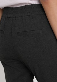 Noisy May - NMPOWER ZIPPER PANT  - Teplákové kalhoty - dark grey melange - 5