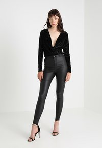 Noisy May - NMELLA SUPER COATED PANTS  - Broek - black - 1