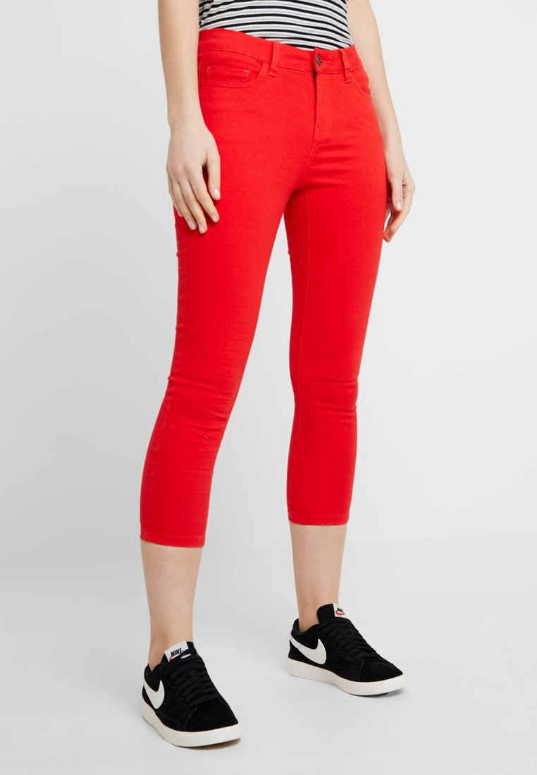 Noisy May - NMLUCY SKINNY CROPPED PANTS - Bukser - flame scarlet