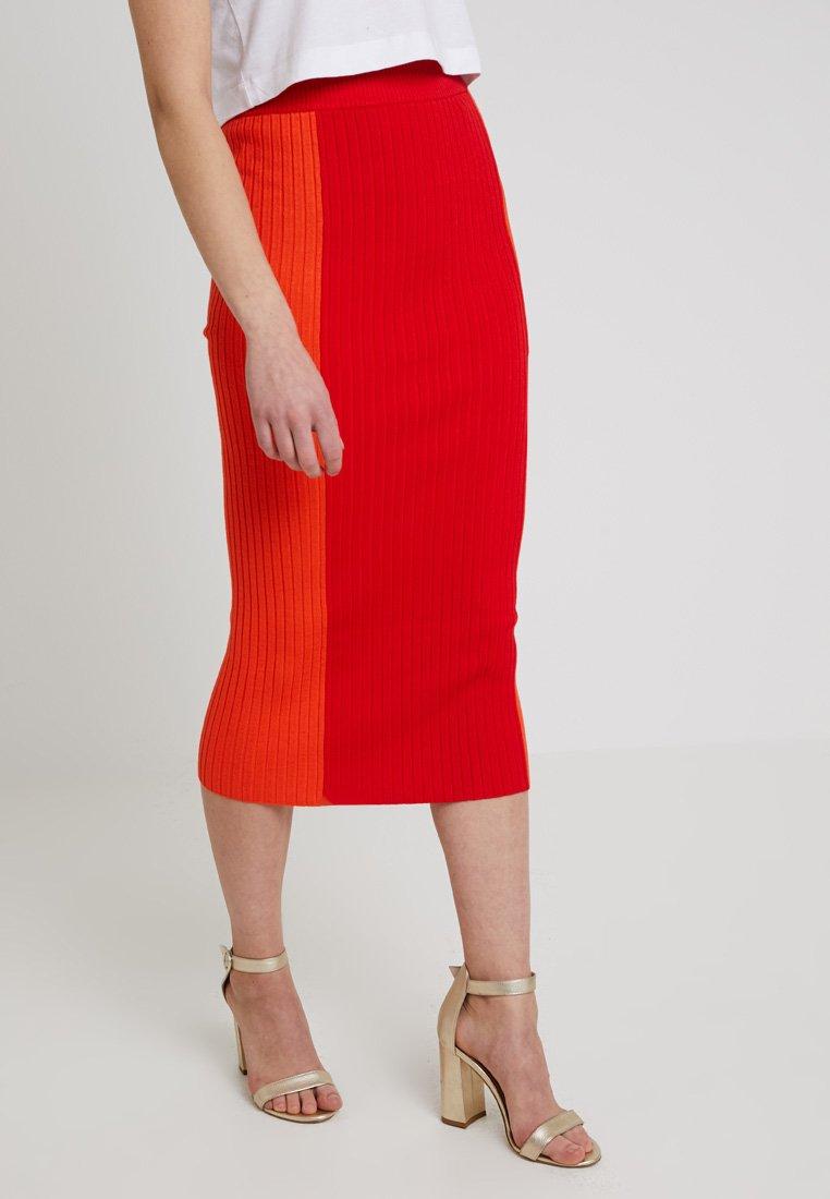 Noisy May - NMMANDY CALF SKIRT - Pouzdrová sukně - flame scarlet/mandarin red