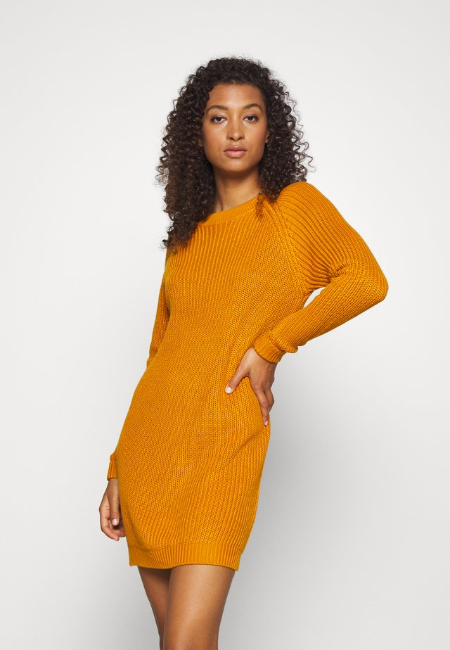 NMSIESTA O-NECK DRESS - Stickad klänning - inca gold