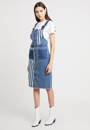 NMJENNY DUNGAREE STRIPE DRESS - Denim dress - medium blue denim