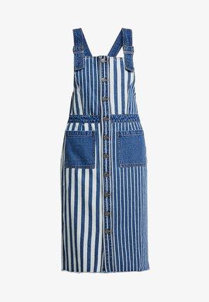 NMJENNY DUNGAREE STRIPE DRESS - Denimové šaty - medium blue denim