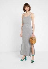 Noisy May Petite - NMIRIS STRAP DRESS - Maxi-jurk - light grey melange - 2