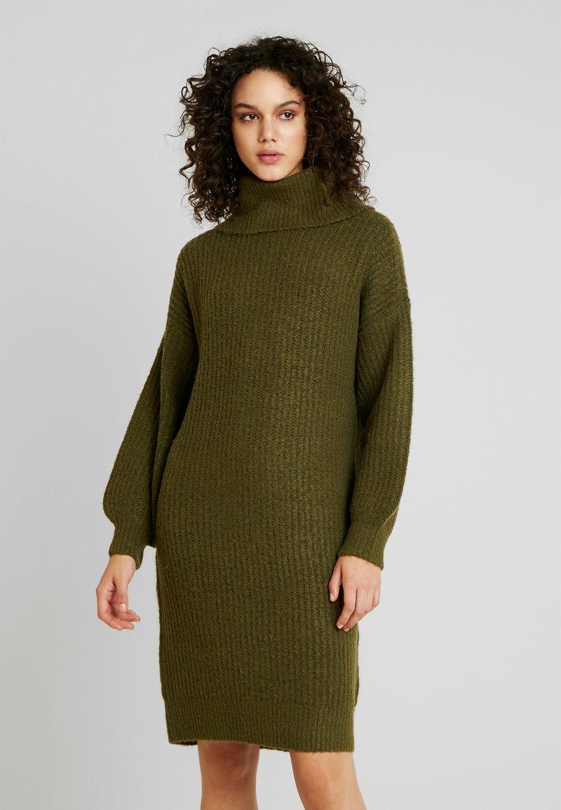 Noisy May - Strikket kjole - winter moss