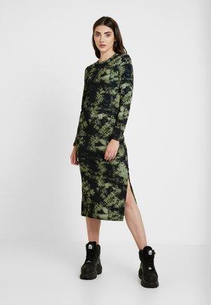 NMLINEA CALF DRESS - Žerzejové šaty - olivine