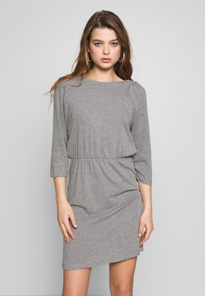 NMHALLEY O-NECK DRESS - Pletené šaty - medium grey