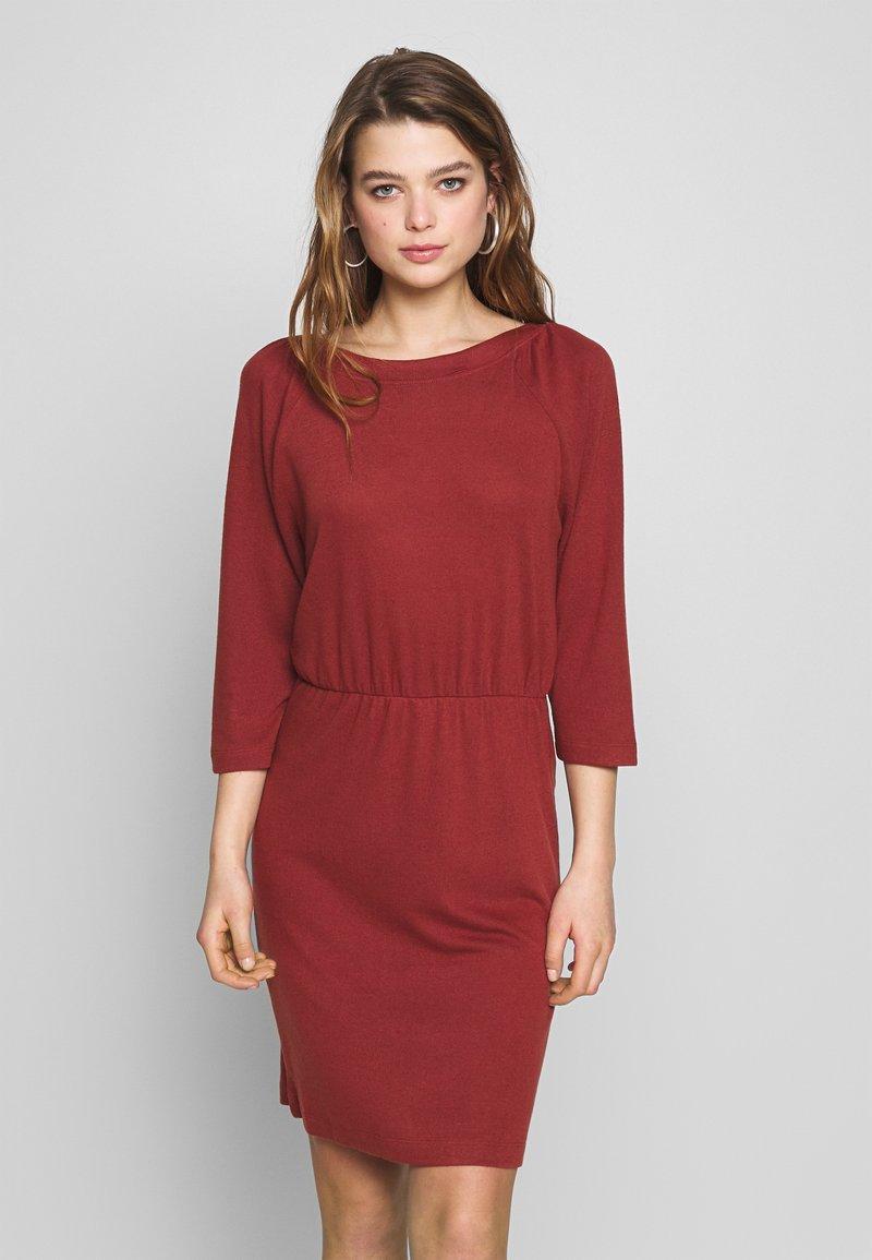 Noisy May - NMHALLEY O-NECK DRESS - Strikket kjole - burnt henna