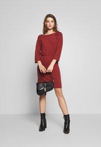 Noisy May - NMHALLEY O-NECK DRESS - Strikket kjole - burnt henna - 1