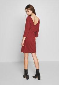 Noisy May - NMHALLEY O-NECK DRESS - Strikket kjole - burnt henna - 2