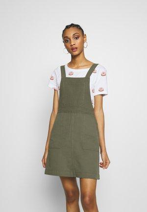 NMSOPHIE DUNGAREE DRESS - Denní šaty - kalamata
