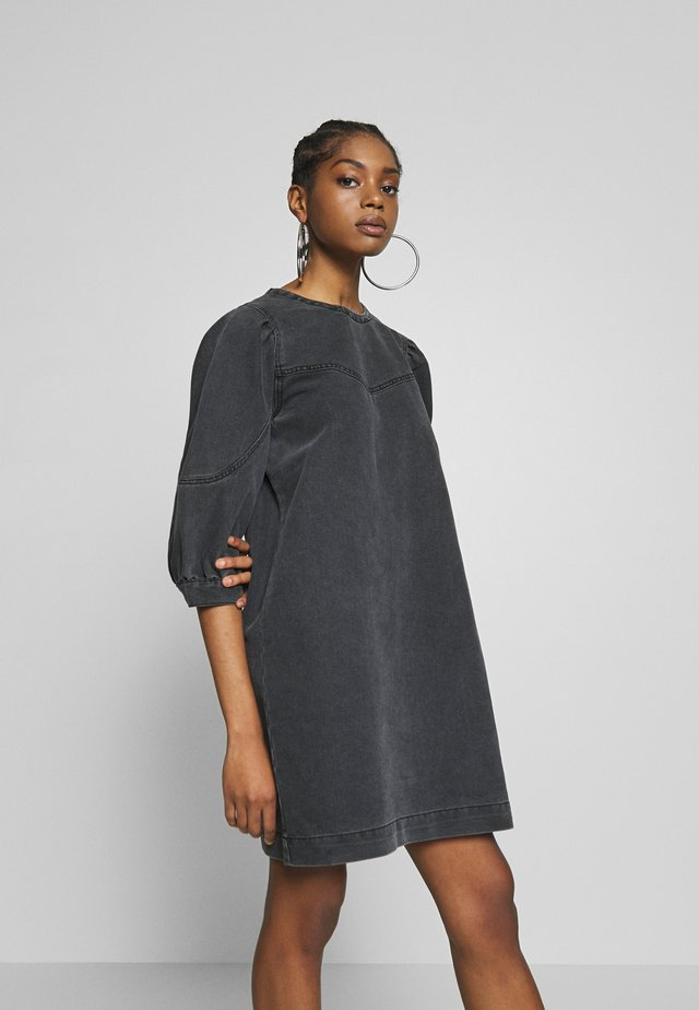 NMSIMONE DNM PUFFSLEEVE DRESS - Spijkerjurk - medium grey denim