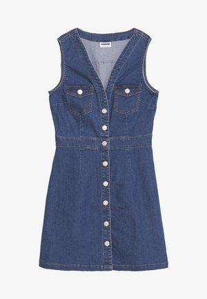 NMALICE V-NECK SHORT BUTTON - Denimové šaty - medium blue denim