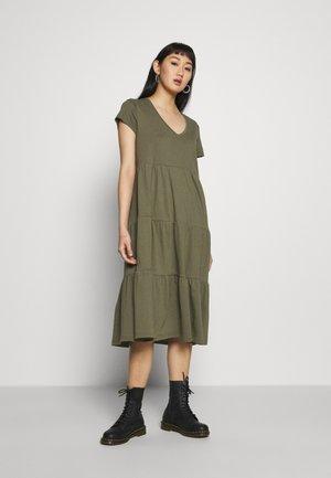 NMMARBLE BELOW KNEE DRESS - Žerzejové šaty - dark green