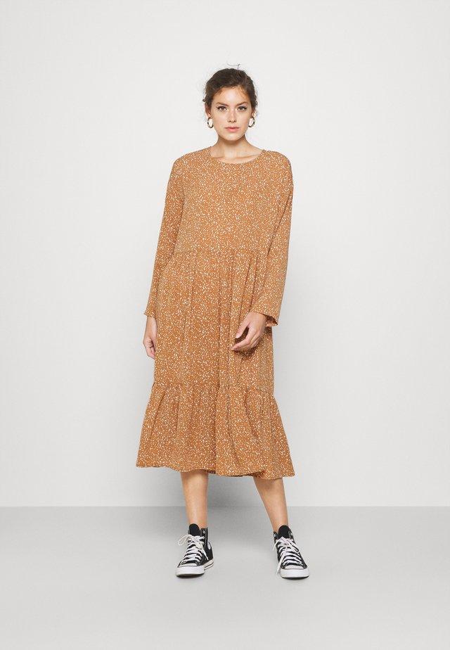 NMKATJA LOOSE DRESS - Sukienka letnia - brown sugar/white