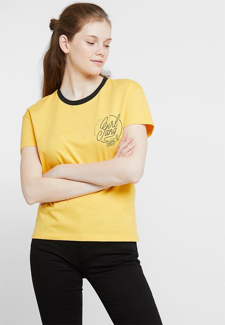 Noisy May - NMGIRL GANG  - T-Shirt print - artisans gold/girl gang