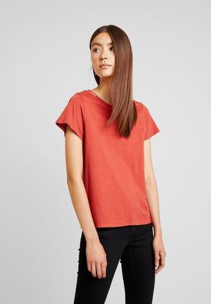 T-shirt con stampa - tandori spice/burn coral