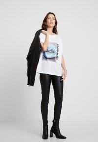 Noisy May - T-shirts med print - bright white - 1