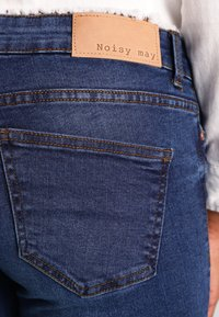 Noisy May - NMEVE POCKET PIPING - Vaqueros pitillo - dark blue denim - 5
