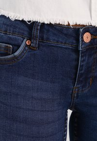 Noisy May - NMEVE POCKET PIPING - Vaqueros pitillo - dark blue denim - 4
