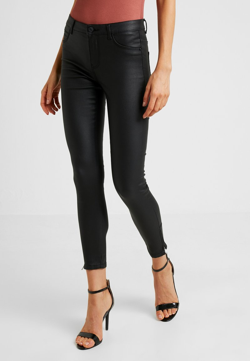Noisy May - NMKIMMY COATED ANKLE PANTS - Trousers - black