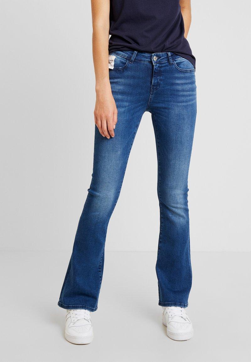 Noisy May - NMMARLI SLIM - Flared Jeans - medium blue denim
