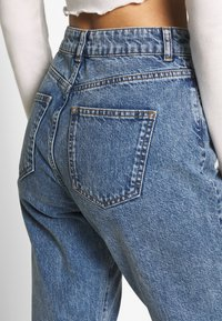 Noisy May - NMISABEL ANKLE MOM - Relaxed fit jeans - medium blue denim - 4