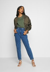 Noisy May - NMISABEL BELT MOM  - Jeansy Relaxed Fit - medium blue denim - 1
