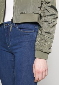 Noisy May - NMSADIE CROP JACKET - Bomberjacke - dusty olive - 5