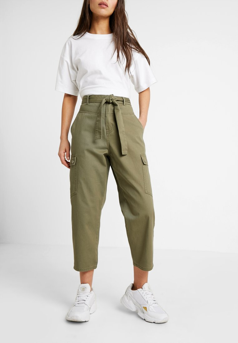 Noisy May Petite - NMMIMI CRISPY CARGO PANTS - Tygbyxor - olive night