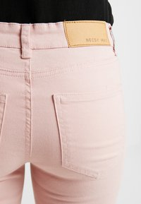 Noisy May Petite - NMLUCY CROPPED PANTS - Broek - mellow rose - 3