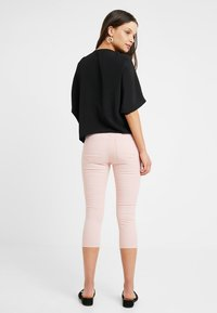 Noisy May Petite - NMLUCY CROPPED PANTS - Broek - mellow rose - 2