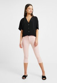 Noisy May Petite - NMLUCY CROPPED PANTS - Broek - mellow rose - 1