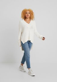 Noisy May Petite - NMDEREK LOOSE VNECK - Strikkegenser - sugar swizzle - 1