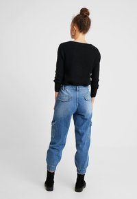 Noisy May Petite - NMCARA MIA CARGO PANTS - Relaxed fit jeans - medium blue denim - 2