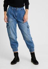 Noisy May Petite - NMCARA MIA CARGO PANTS - Relaxed fit jeans - medium blue denim - 0