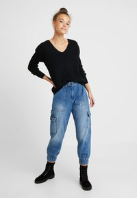 Noisy May Petite - NMCARA MIA CARGO PANTS - Relaxed fit jeans - medium blue denim - 1