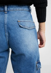 Noisy May Petite - NMCARA MIA CARGO PANTS - Relaxed fit jeans - medium blue denim - 5