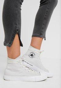 Noisy May Petite - NMKIMMY SOFT - Jeans Skinny Fit - medium grey denim - 3