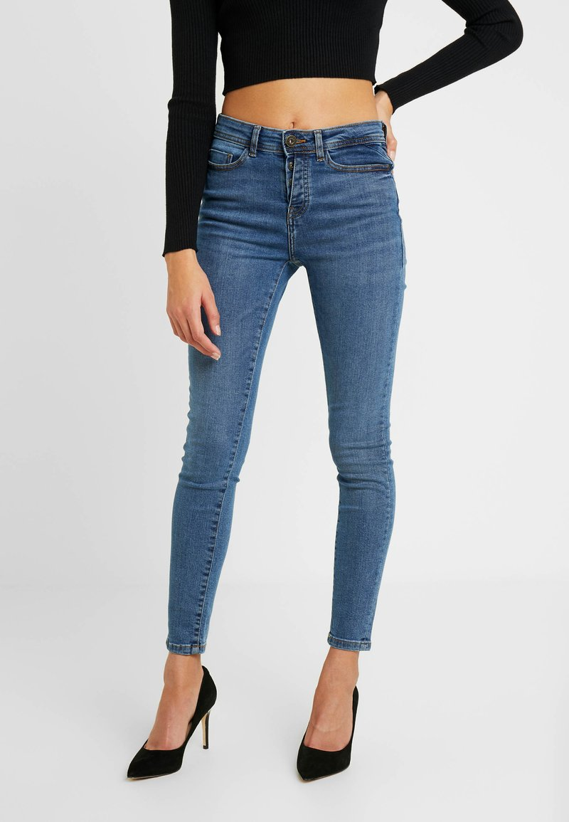 Noisy May Petite - NMLUCY BUTTON - Jeans Skinny Fit - medium blue denim