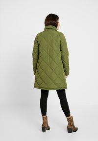 Noisy May Petite - NMMALCOM LONG JACKET - Frakker / klassisk frakker - winter moss - 2
